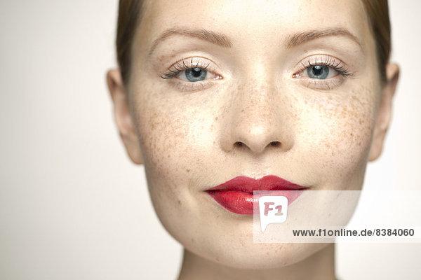 Junge Frau mit leuchtend rotem Lippenstift  Portrait