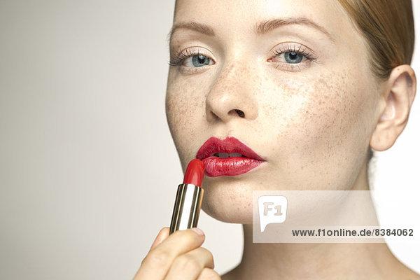 Junge Frau mit Lippenstift  Portrait