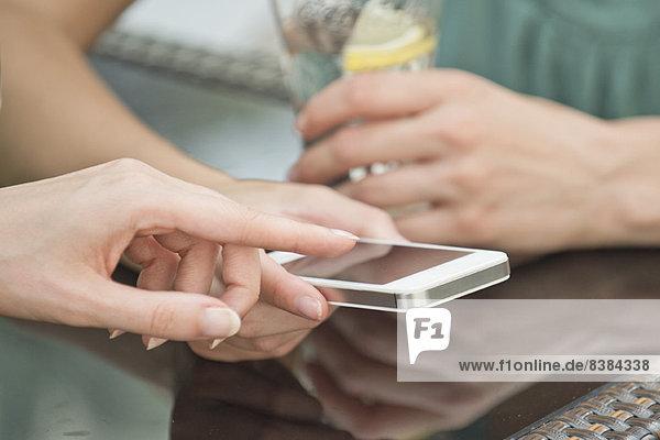Freunde  die gemeinsam auf das Smartphone schauen