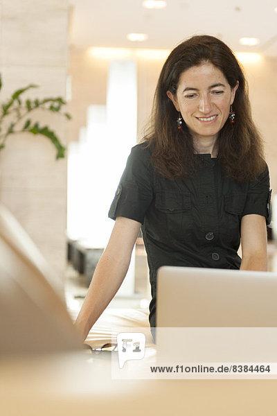 Frau mit Laptop-Computer  lächelnd