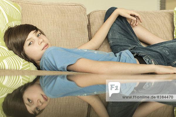 Teenager-Junge auf Sofa liegend  Portrait