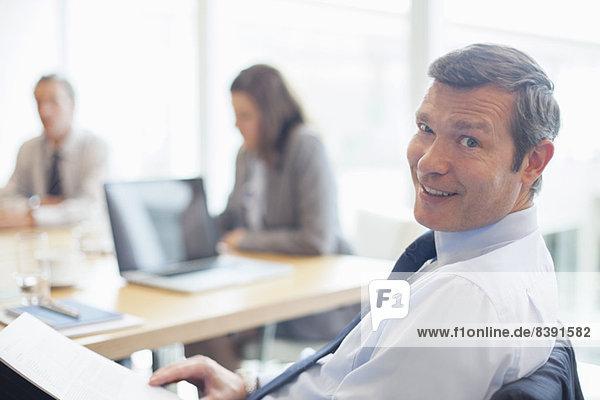 Geschäftsmann lächelt im Büro