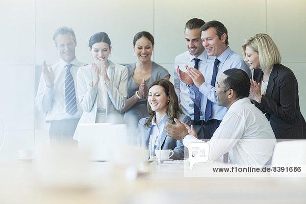 Geschäftsleute jubeln im Meeting