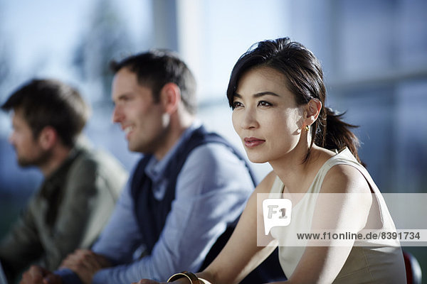 Geschäftsleute sitzen im Meeting