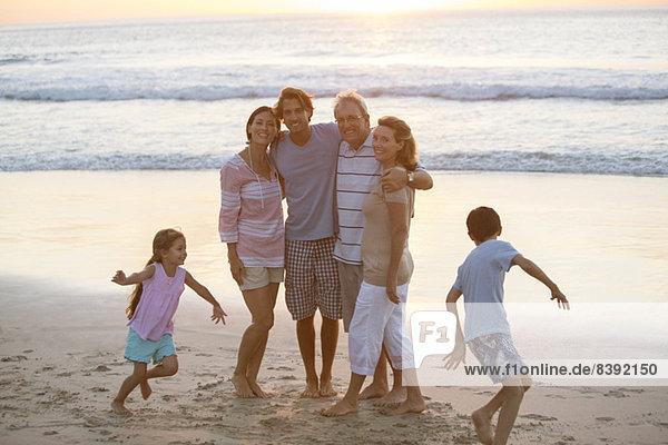 Mehrgenerationen-Familienumarmung am Strand
