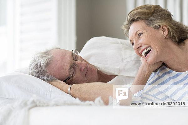 Älteres Paar entspannt auf dem Bett