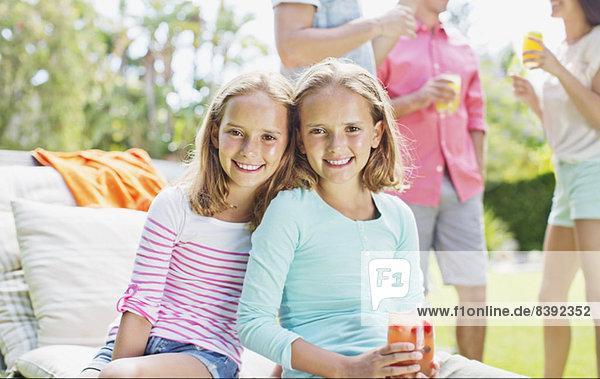 Mädchen lächeln gemeinsam im Freien