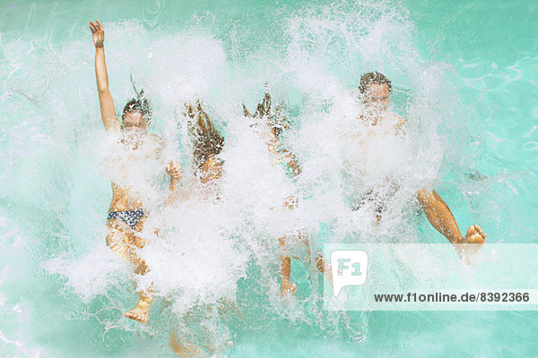 Familiensprung ins Schwimmbad