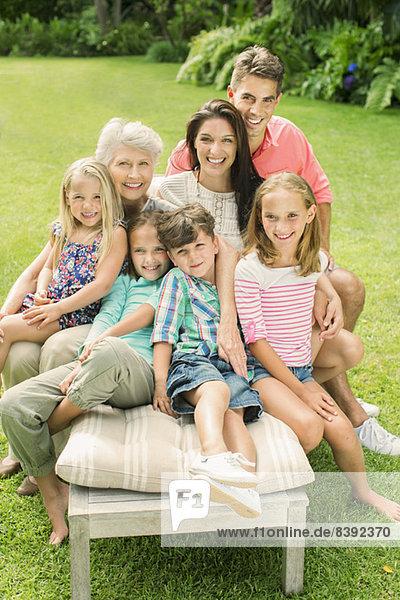 Familie sitzend zusammen im Garten