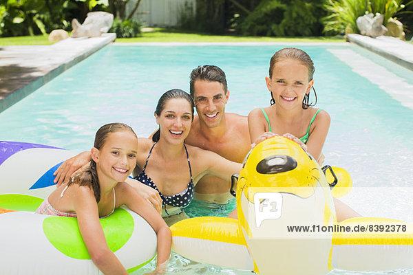 Gemeinsames Familienschwimmen im Pool