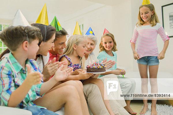 Familie feiert Mädchengeburtstag