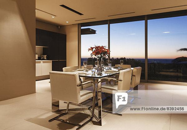 Gedeckter Tisch im modernen Esszimmer