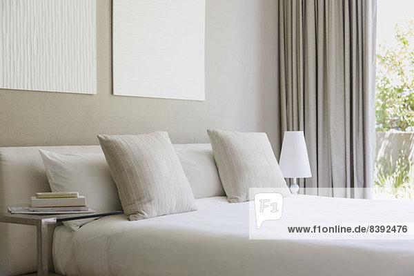 Bett im modernen Schlafzimmer