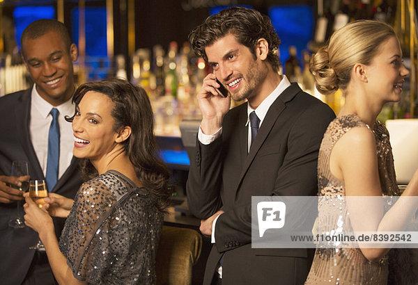 Gut gekleideter Mann beim Telefonieren in der Luxusbar