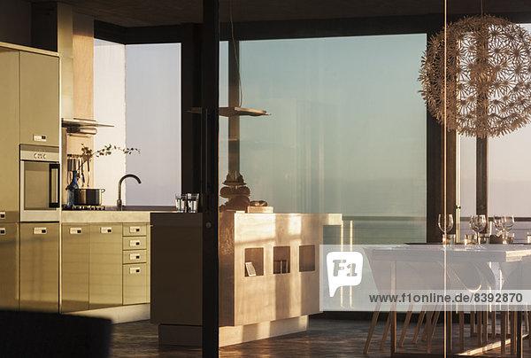 Fenster rund um die moderne Küche