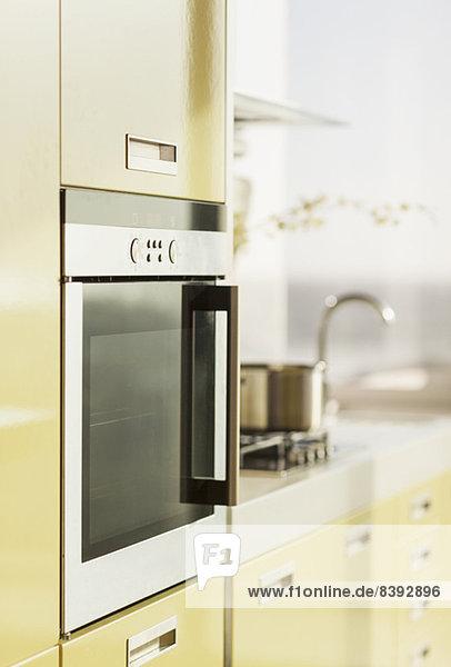 Backofen in moderner Küche