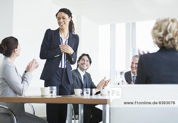 Geschäftsleute klatschen im Meeting