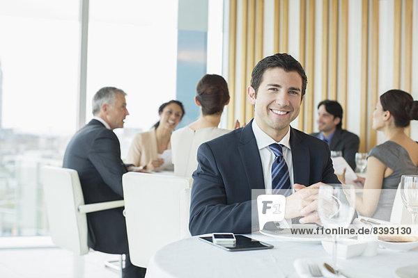 Geschäftsmann lächelt im Restaurant