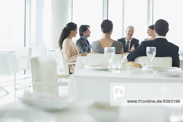 Geschäftsleute treffen sich im Restaurant