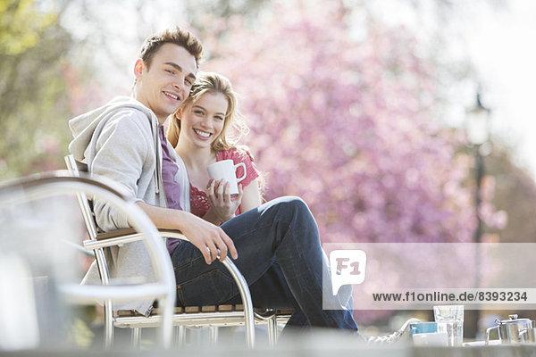 Paar beim Kaffee auf der Parkbank