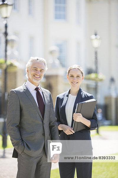 Geschäftsleute lächeln auf der Stadtstraße