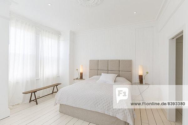 Bett und Tische im modernen Schlafzimmer