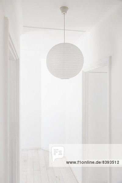 Papierlaterne im weißen Korridor Papierlaterne im weißen Korridor