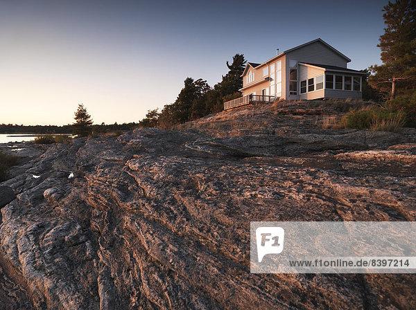 Wasserrand Felsen Wohnhaus Abend Beleuchtung Licht Bruce Peninsula Nationalpark Kanada Ontario