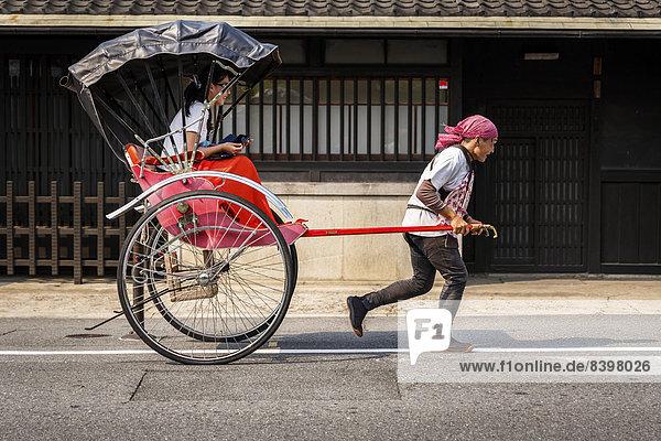 Rikscha mit einem Fahrgast  Arashiyama  Kyoto  Japan