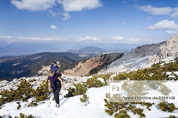 Wanderer beim Aufstieg zum Weißhorn  hinten das Überetsch  Südtirol  Italien
