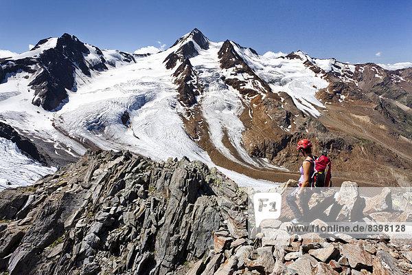 Bergsteiger auf dem Richterweg  hinten die Weißkugel und Langtauferer Spitze  Südtirol  Italien