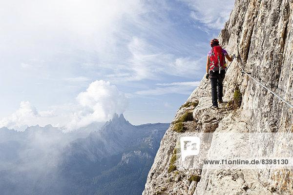 Bergsteiger auf der Via Ferrata Giuseppe di Olivieri  Dolomiten  Belluno  Italien