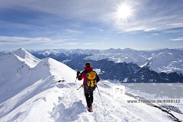 Skitourengeher auf dem Gipfelgrat beim Abstieg von der Ellesspitze,  unten das Ridnauntal,  Südtirol,  Italien