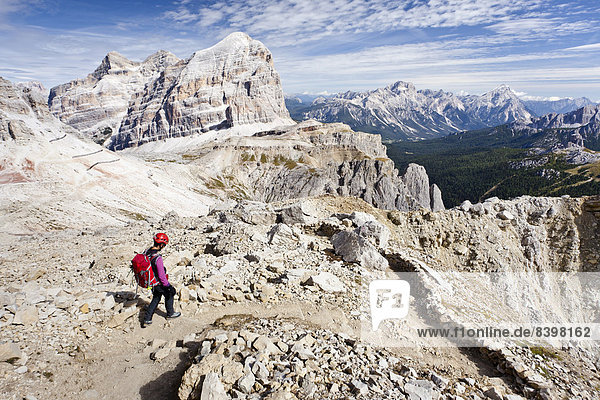 Bergsteiger beim Abstieg vom Lagazuoi in der Fanesgruppe  hinten die Tofane  Tofana di Rozes  Tofana di Mezzo  Tofana di Dentro  Dolomiten  Belluno  Italien