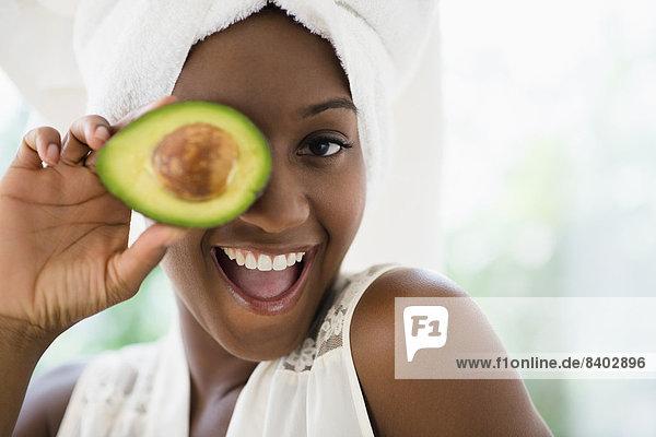 Frau  halten  schwarz  Avocado  aufgeschnitten