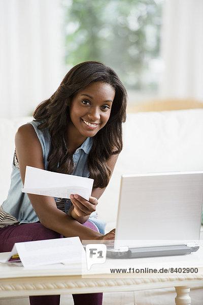 Frau  Internet  schwarz  bezahlen  zahlen  Rechnung