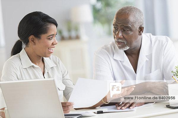 benutzen  Notebook  Menschlicher Vater  schwarz  Tochter