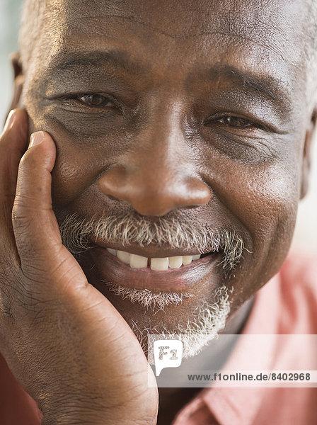 Schwarzen Mann lächelnd