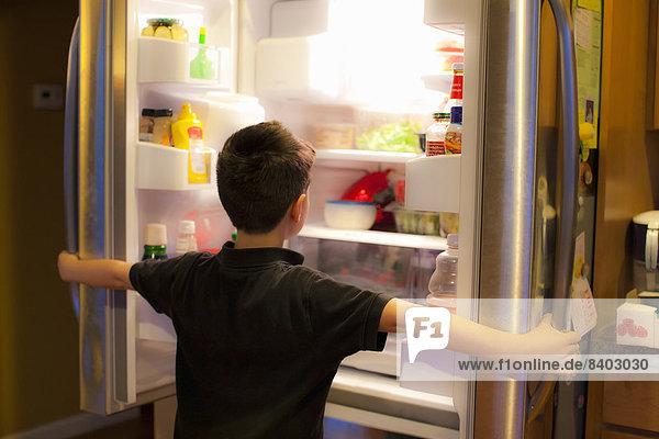 Junge - Person  suchen  Kühlschrank
