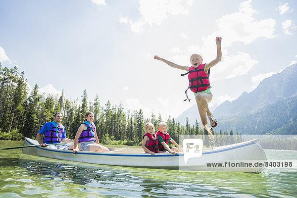 Europäer  Junge - Person  See  springen  Kanu Europäer ,Junge - Person ,See ,springen ,Kanu