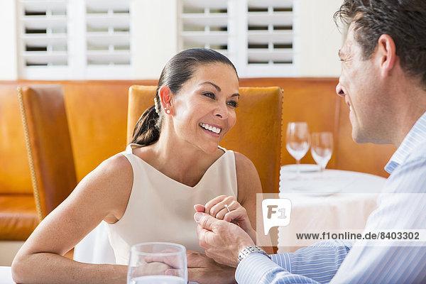 Paar sitzen zusammen im restaurant