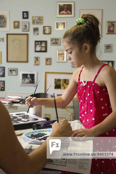 Zeichen  mischen  streichen  streicht  streichend  anstreichen  anstreichend  Tochter  Mutter - Mensch  Mixed  Signal