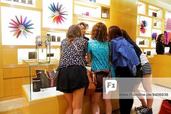 Kaufhaus  Paris  Hauptstadt  Frankreich  Europa  Frau  französisch  kaufen  Boulevard Haussmann