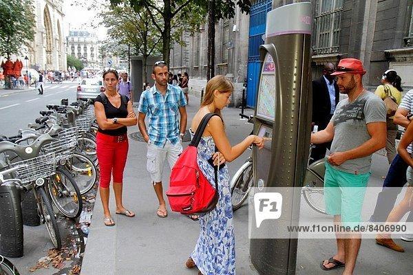 Paris  Hauptstadt  Frankreich  Europa  Frau  Mann  französisch  Kiosk