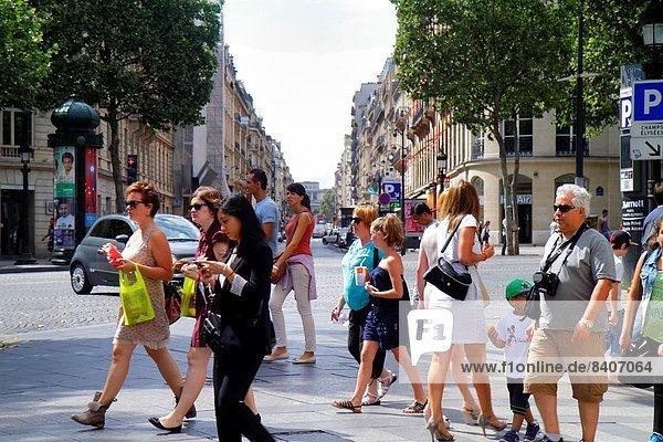 Paris  Hauptstadt  überqueren  Frankreich  Europa  Frau  Mann  französisch  Straße  Fußgänger
