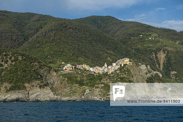 Dorf mit bunten Häusern am Meer  Corniglia  Cinque Terre  UNESCO-Weltkulturerbe  Provinz La Spezia  Ligurien  Italien