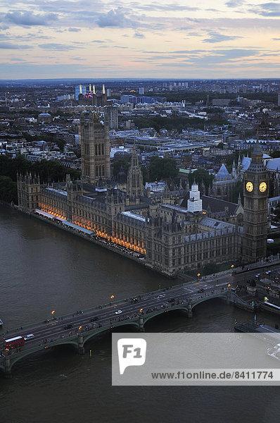 Ausblick aus dem London Eye auf die Westminster Bridge  Palace of Westminster und den Uhrturm Elizabeth Tower  London  England  Großbritannien