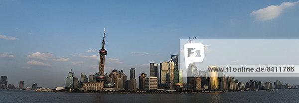 Pudong Skyline mit Oriental Pearl Tower  Shanghai World Financial Center und Shanghai Tower  vom Bund  Shanghai  China