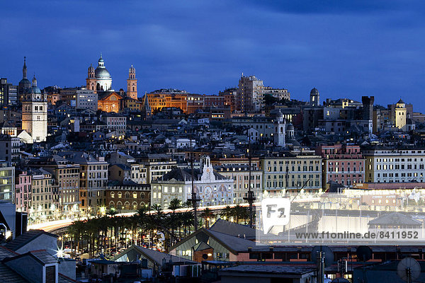 Altstadt bei Dämmerung  Genua  Ligurien  Italien