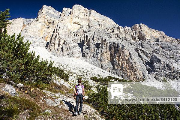 Bergsteigerin beim Abstieg über den Heiligkreuzkofelsteig vom Heiligkreuzkofel in der Fanesgruppe im Naturpark Fanes-Sennes-Prags  Dolomiten  Südtirol  Italien